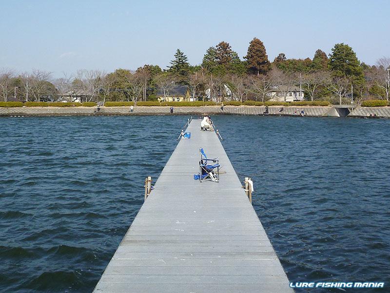 突風がモロに当たる桟橋右は、人も少なめ