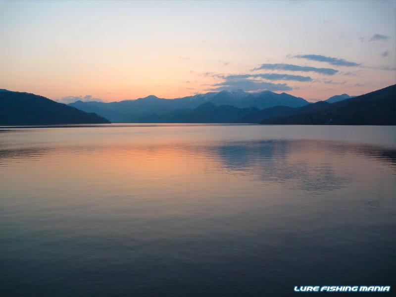 立木観音駐車場から、中禅寺湖の夕暮れ