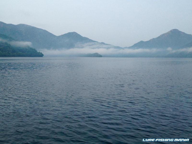 まさに初夏の山上湖といった雰囲気