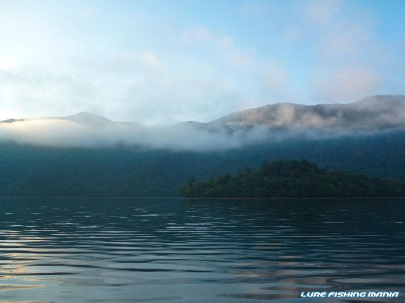 山上湖の朝は幻想的です