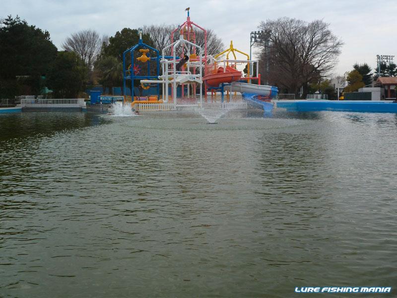 南側の噴水が、随分と中央に寄っています