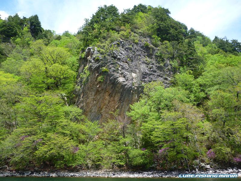 見事に切り立った岩、赤岩