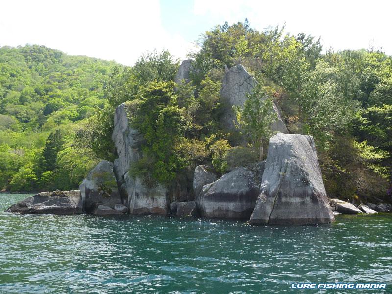 大きい岩がいくつも重なる梵字岩