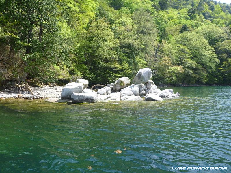 俵のような岩が重なる俵石
