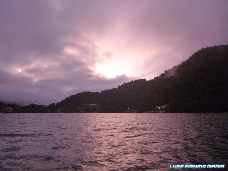 紫がかった異様な色の朝日