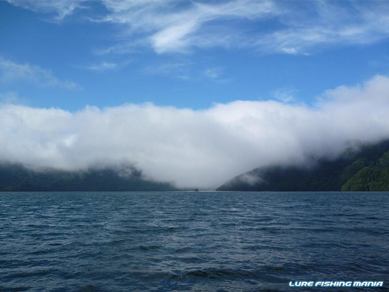 湖の南側が霧で包まれる珍しい状況
