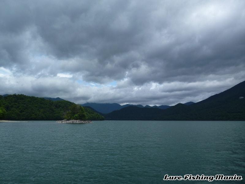 穏やかになってきた湖の南側