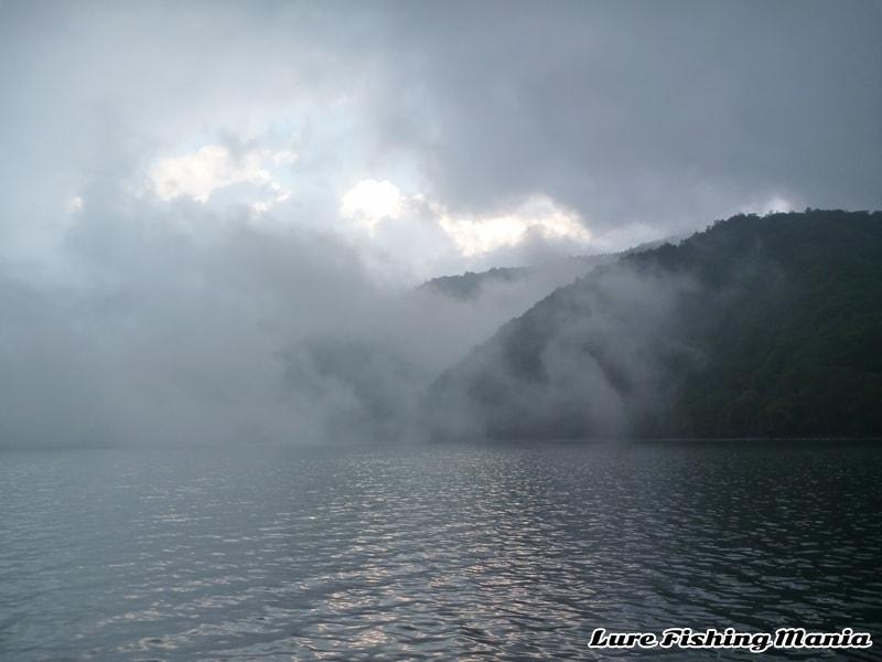 この後、湖上は霧に覆われます