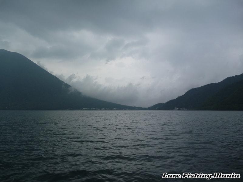 夕方になり、雲が多くなった中禅寺湖