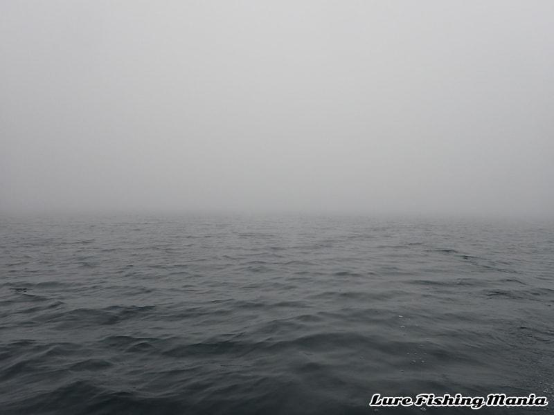 辺りが霧で覆われた中禅寺湖