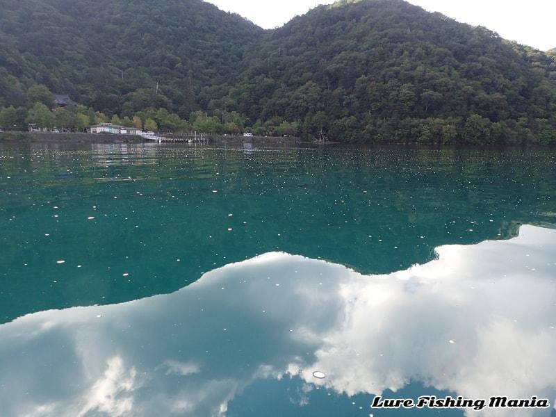 泡が消えない湖水