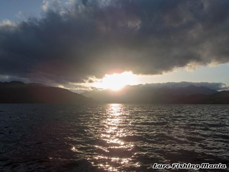 西風が吹き付ける中禅寺湖の夕暮れ