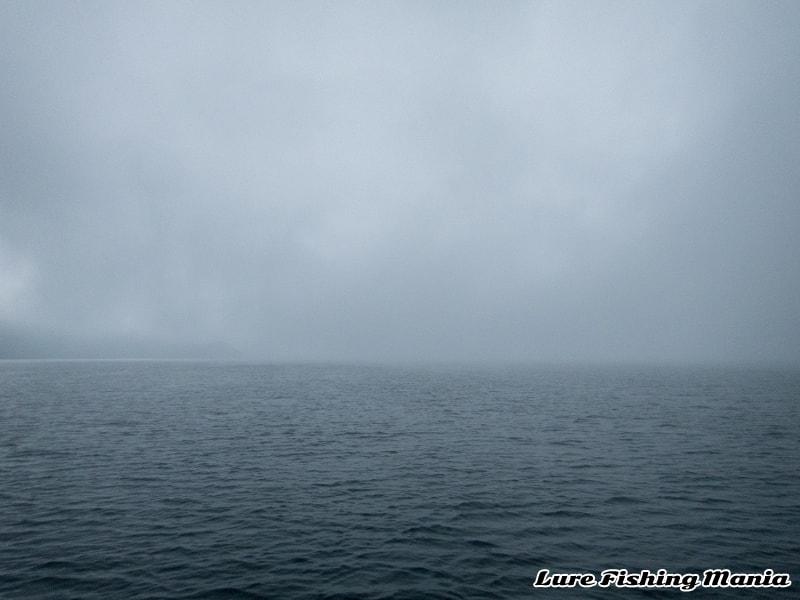 北東風が連れてくる霧に覆われた中禅寺湖