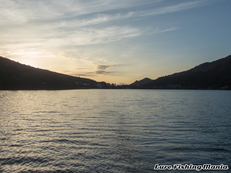 朝焼けの中禅寺湖