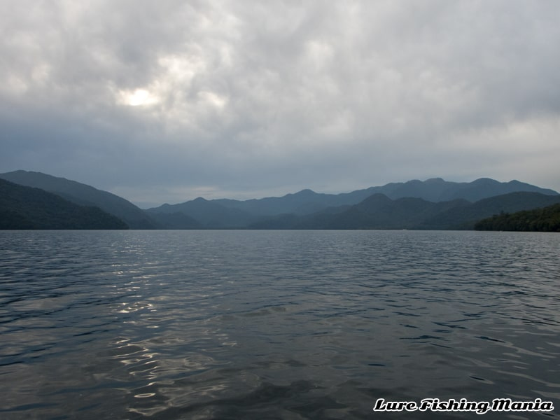 徐々に東寄りの風になっていく午後の中禅寺湖
