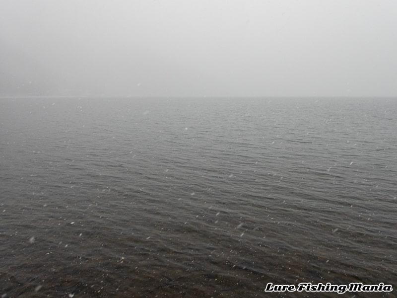 雪が降ってきた中禅寺湖