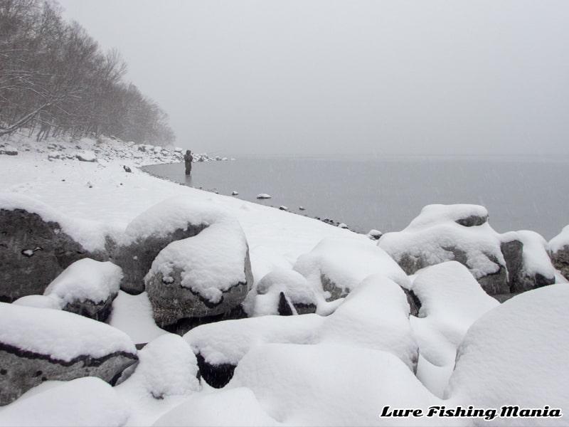 雪が積もってきた中禅寺湖