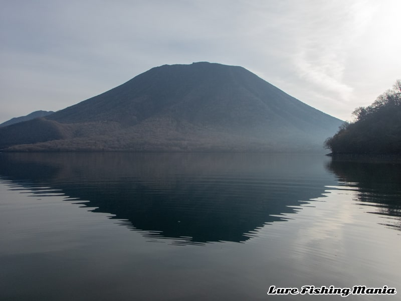 無風スタートの中禅寺湖