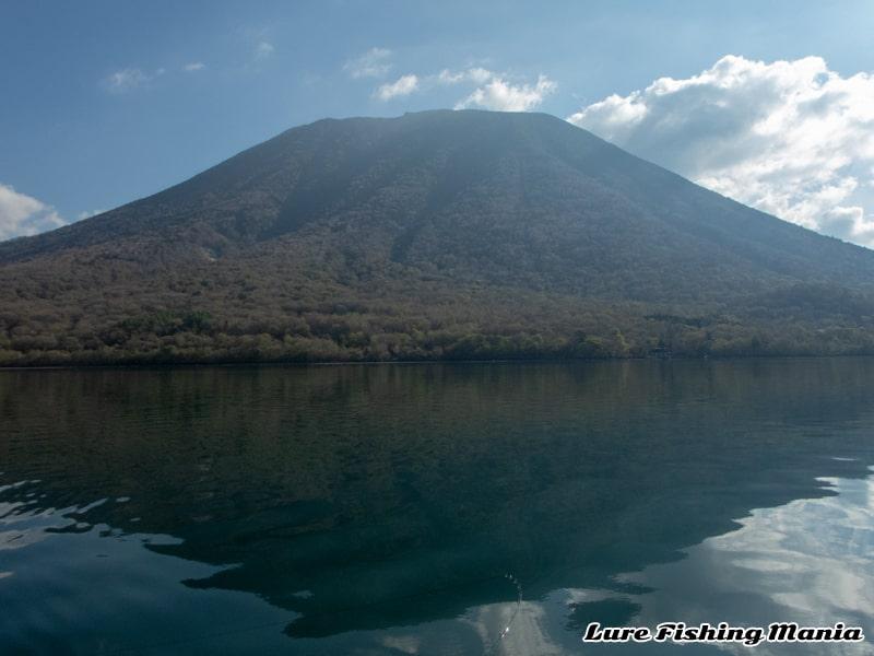 ベタ凪の中禅寺湖