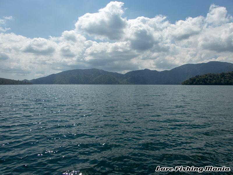 東からの風に変わった中禅寺湖