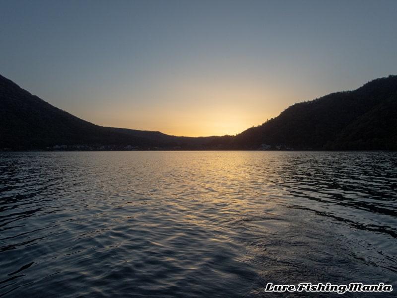 夜明けの中禅寺湖