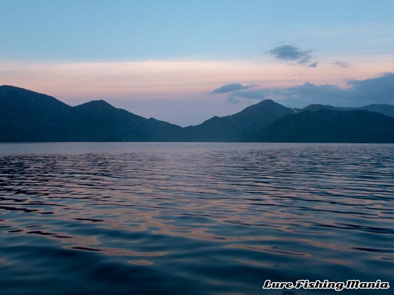 白々しくなってきた朝の中禅寺湖