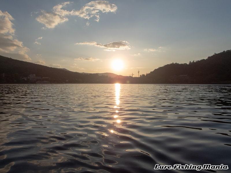 朝日が昇ってきた中禅寺湖
