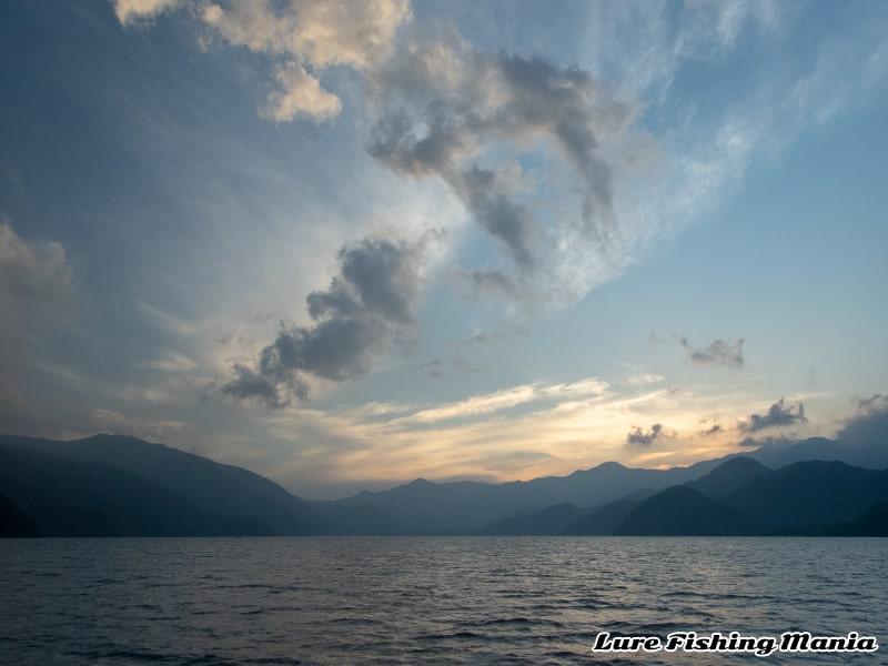 綺麗な中禅寺湖の夕暮れ
