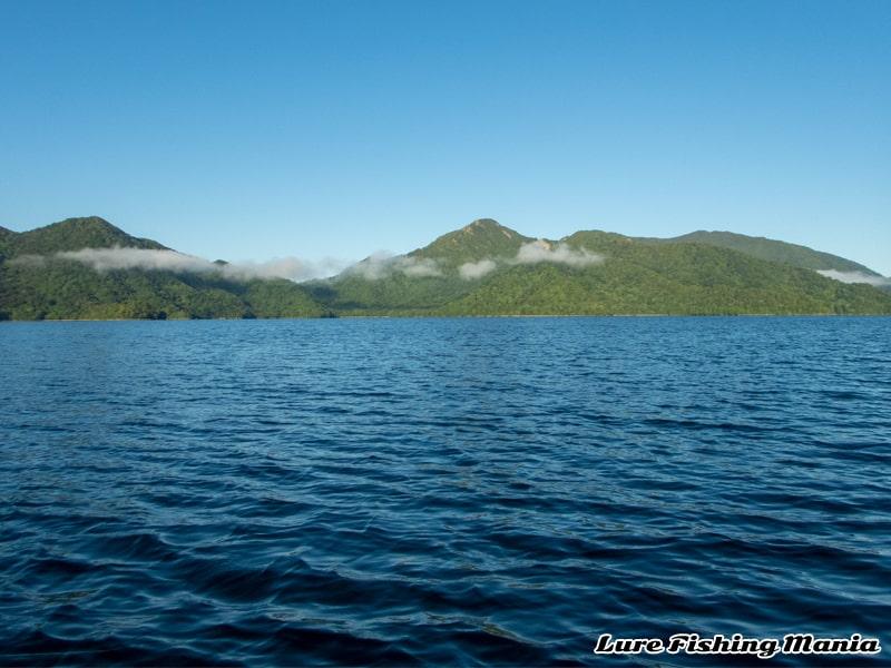 日が昇った中禅寺湖