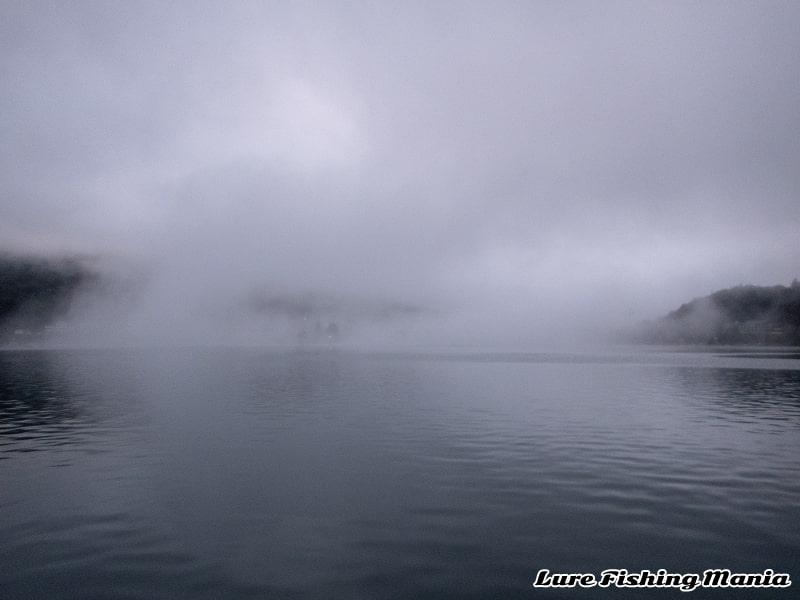 朝から霧が立ちこめる中禅寺湖