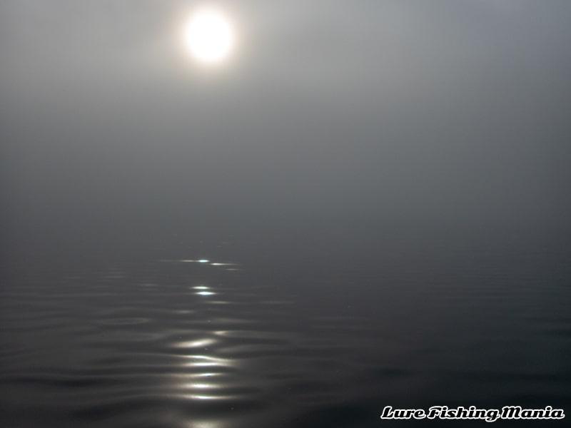 濃霧に包まれる中禅寺湖