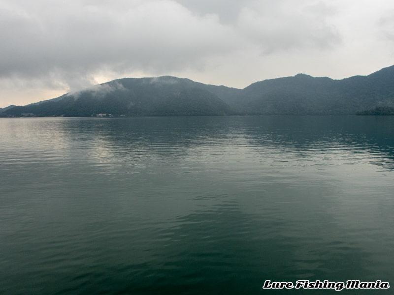 ほとんど風が無く穏やかな中禅寺湖の朝