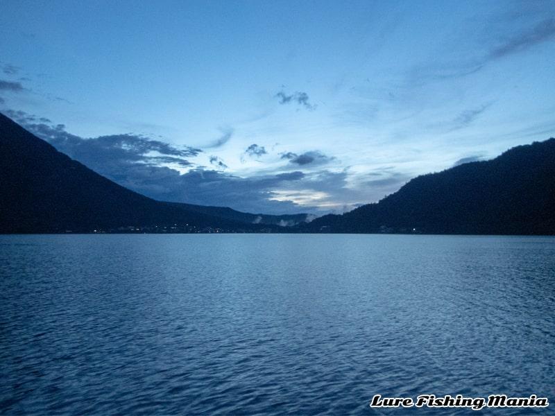 段々と白々しくなってきた中禅寺湖の朝