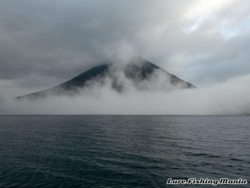 雲に覆われる男体山