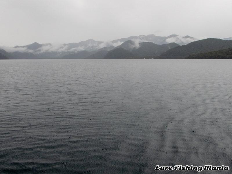 雨模様になった中禅寺湖
