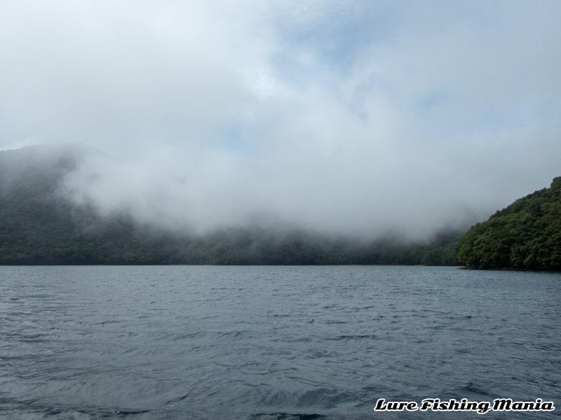 2箇所から霧が流れ込む中禅寺湖