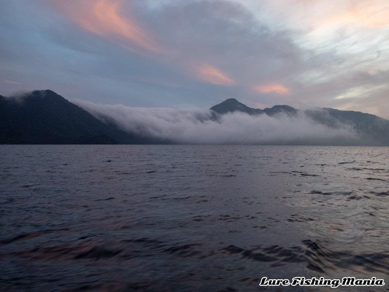 霧が滝のように流れ込む珍しい風景