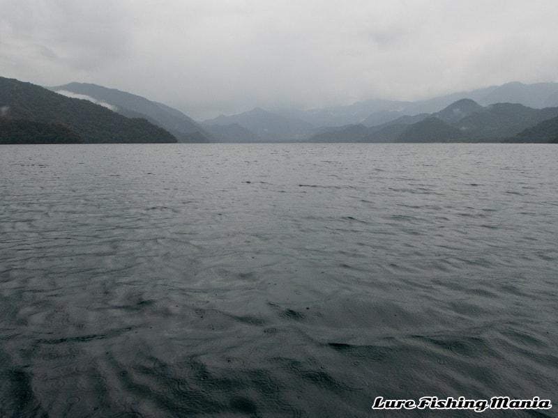 雨が降ったりやんだり、風向きもコロコロ変わる中禅寺湖