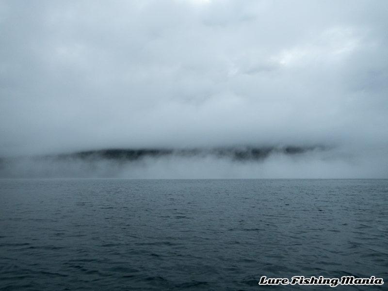 朝から北東の風でどんよりする中禅寺湖