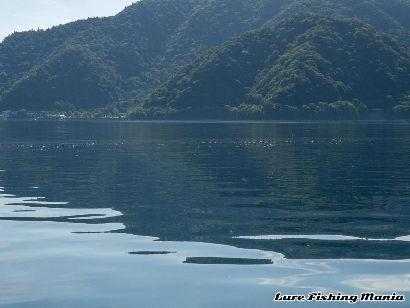 泡が消えず水が動いていない中禅寺湖