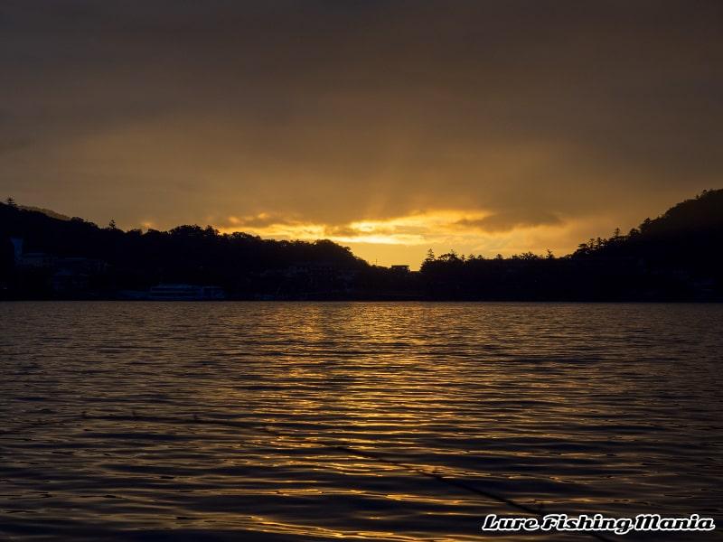 綺麗な中禅寺湖の朝焼け