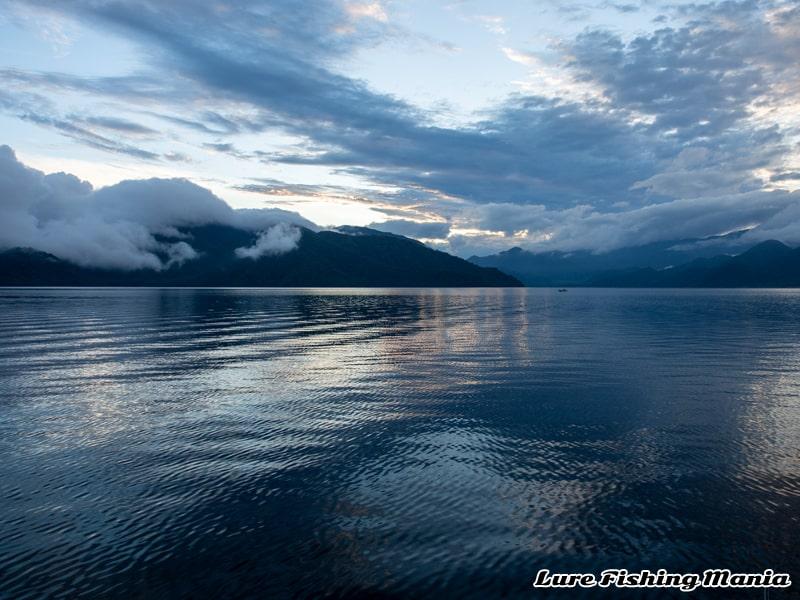朝の悪天候が嘘のように穏やかになった中禅寺湖の夕暮れ