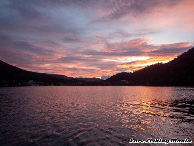 綺麗な朝焼けの中禅寺湖