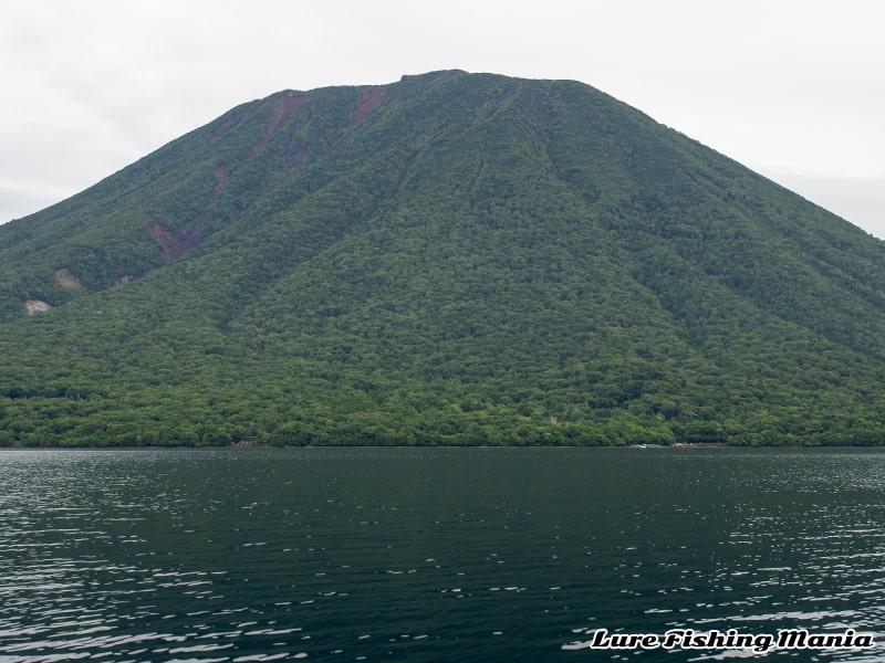 中禅寺湖の沖から見た男体山