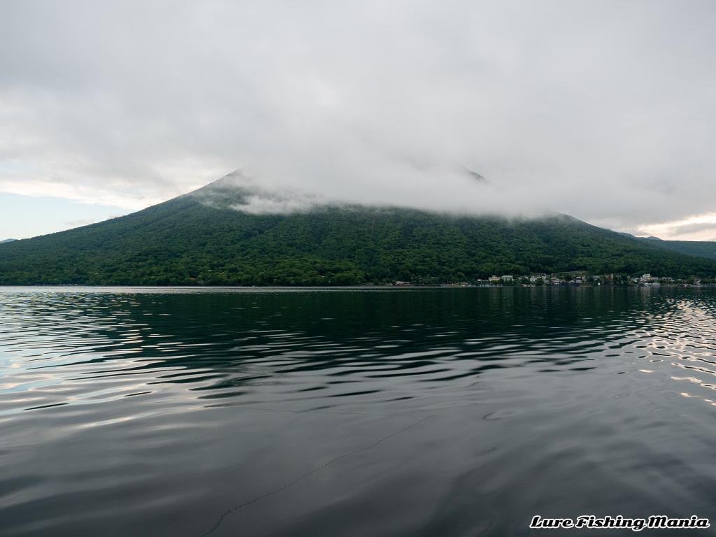 雲がかかった男体山