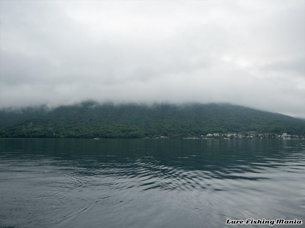 雲に隠れた男体山