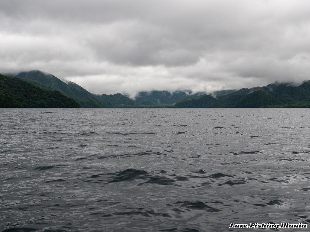 雲が垂れ込める中禅寺湖