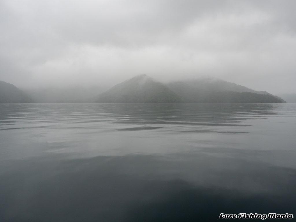 幻想的な雰囲気の中禅寺湖