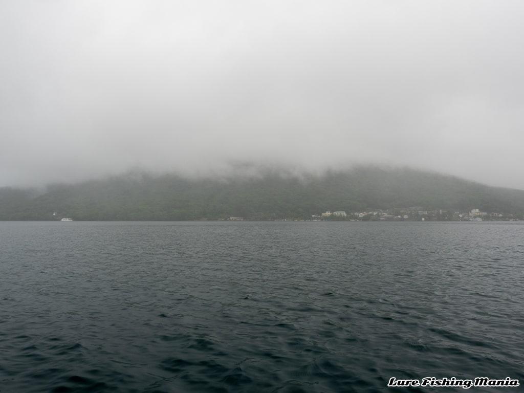 雲がかかる男体山