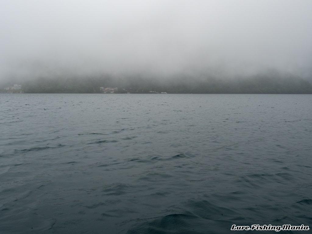 霧に包まれる男体山